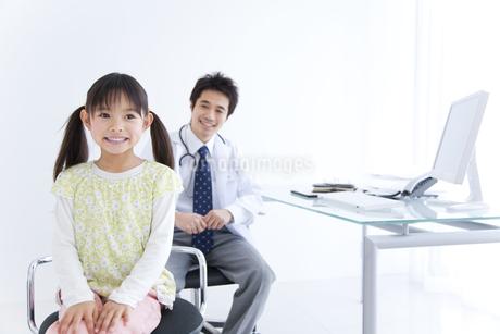 女の子と医師の写真素材 [FYI01274985]