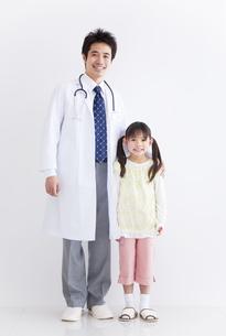 女の子と医師の写真素材 [FYI01274986]