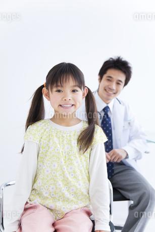 女の子と医師の写真素材 [FYI01274987]