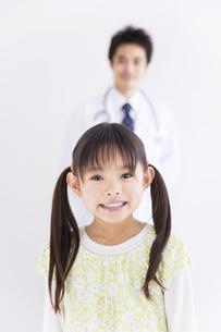 女の子と医師の写真素材 [FYI01274989]