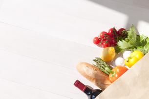 買い物袋と食材の写真素材 [FYI01275024]