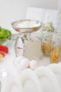料理中のキッチンのスケールの写真素材 [FYI01275068]