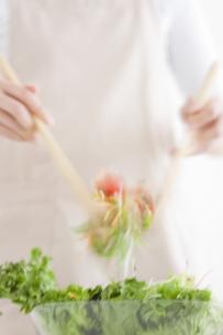 サラダを作っている女性の手元の写真素材 [FYI01275083]