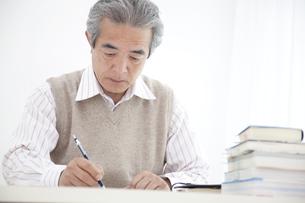 勉強をしているシニアの男性の写真素材 [FYI01275189]