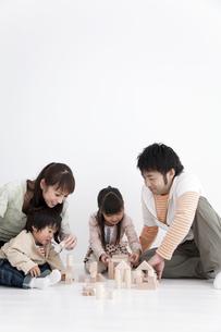 積み木で遊ぶ親子の写真素材 [FYI01275238]