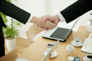 握手するビジネスマンの手元の写真素材 [FYI01275292]