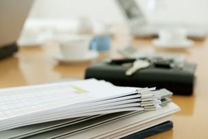 打合せテーブルの上の資料の写真素材 [FYI01275295]