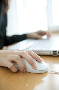 マウスを操作するビジネスウーマンの手元の写真素材 [FYI01275314]