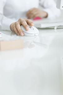 マウスを操作するビジネスウーマンの手元の写真素材 [FYI01275367]