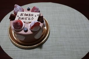 イチゴとプレートが乗った誕生日ケーキの写真素材 [FYI01275439]