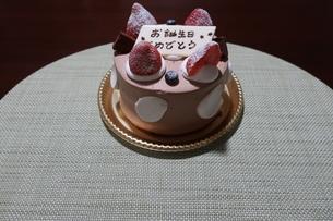 イチゴとプレートが乗った誕生日ケーキの写真素材 [FYI01275461]