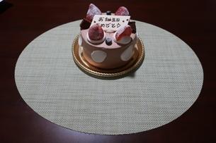 イチゴとプレートが乗った誕生日ケーキの写真素材 [FYI01275469]