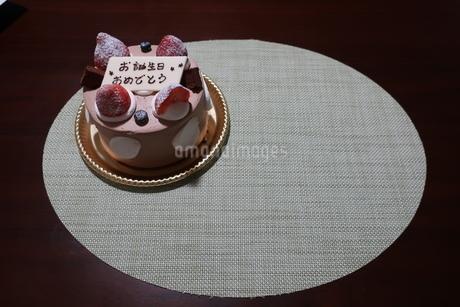 イチゴとプレートが乗った誕生日ケーキの写真素材 [FYI01275480]