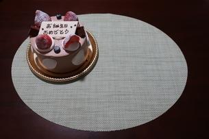 イチゴとプレートが乗った誕生日ケーキの写真素材 [FYI01275488]