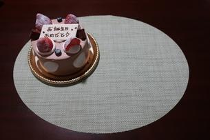 イチゴとプレートが乗った誕生日ケーキの写真素材 [FYI01275496]