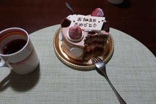 食べかけの誕生日ケーキと紅茶の写真素材 [FYI01275707]