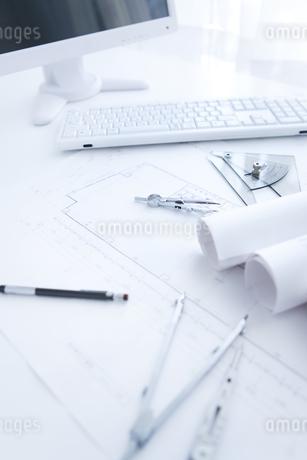 設計図とコンパスの写真素材 [FYI01275931]