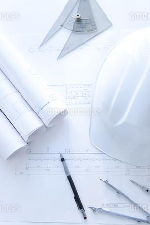 設計図とヘルメットの写真素材 [FYI01275933]