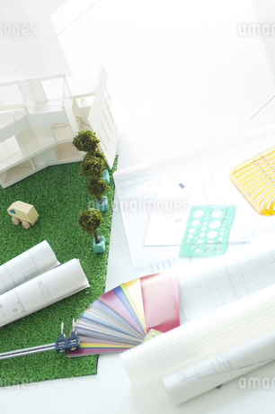 家の模型と図面の写真素材 [FYI01275966]