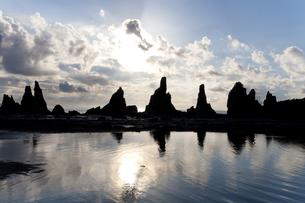 橋杭岩の朝焼けの写真素材 [FYI01275981]