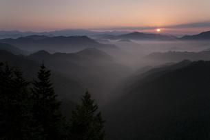 朝日と雲海の写真素材 [FYI01276054]