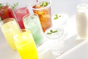 ジュースや水のグラスとミルクの写真素材 [FYI01276332]