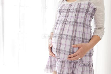 お腹に手を当てる妊婦の写真素材 [FYI01276405]