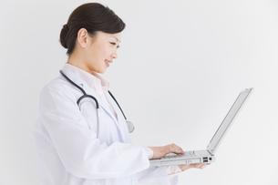 パソコンしている医師の写真素材 [FYI01276425]