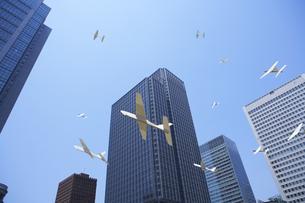 模型飛行機とビル群の写真素材 [FYI01276725]