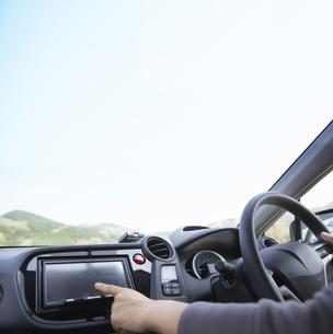 車を運転する女性の写真素材 [FYI01276733]