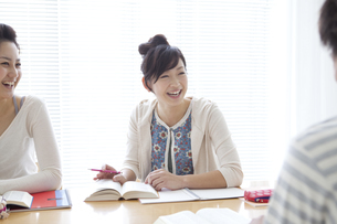 勉強する学生達の写真素材 [FYI01276848]