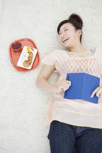 仰向けになる笑顔の女性の写真素材 [FYI01276869]