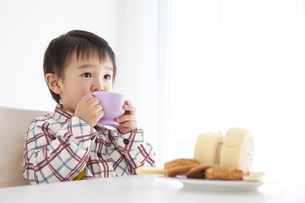 ジュースを飲む男の子の写真素材 [FYI01276882]