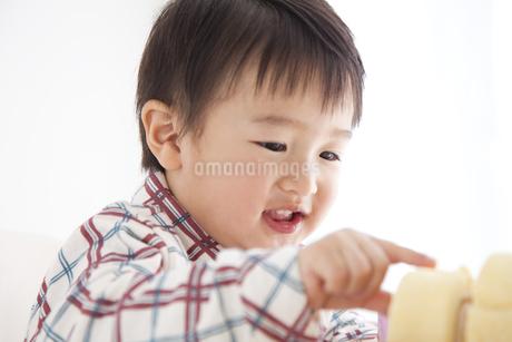 ケーキを食べようとする男の子の写真素材 [FYI01276888]