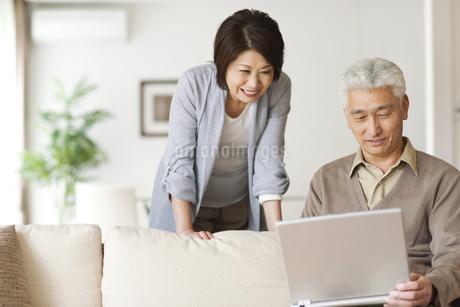 ノートパソコンを見るシニア夫婦の写真素材 [FYI01276907]