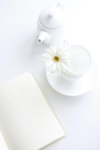 デスクに置かれた本と花とコーヒーカップの写真素材 [FYI01277096]
