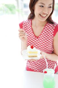 ケーキを持っている女性の写真素材 [FYI01277296]