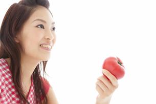 トマトを持っている女性の写真素材 [FYI01277299]