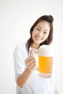 ビールジョッキを持っている女性の写真素材 [FYI01277333]