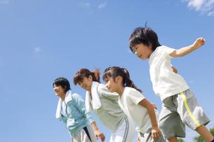 走ろうとしている家族の写真素材 [FYI01277571]