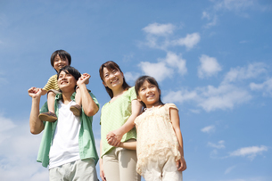 並んで歩く家族の写真素材 [FYI01277617]