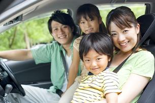 車に座っている家族の写真素材 [FYI01277653]