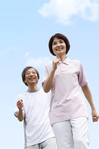 ウォーキングする中高年夫婦の写真素材 [FYI01277758]