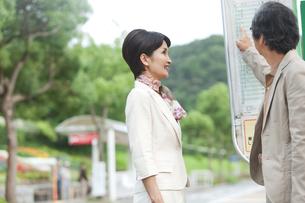 バスの時間を確認する中高年夫婦の写真素材 [FYI01277821]