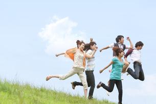ジャンプしている男女5人の写真素材 [FYI01277932]