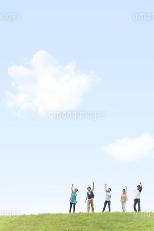 青空の下でガッツポーズする男女5人の写真素材 [FYI01277936]