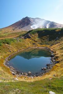 秋の旭岳と擂鉢池の写真素材 [FYI01278239]
