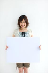 メッセージボードを持っている女性の写真素材 [FYI01278261]