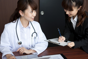 打ち合わせをしている女性医師の写真素材 [FYI01278302]