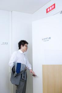 レントゲン室に入る男性患者の写真素材 [FYI01278415]